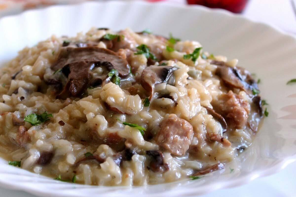 Risotto con funghi secchi e salsiccia